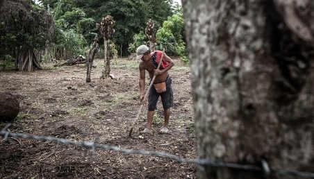 Un agricultor sembrando en Ciénaga de Oro.