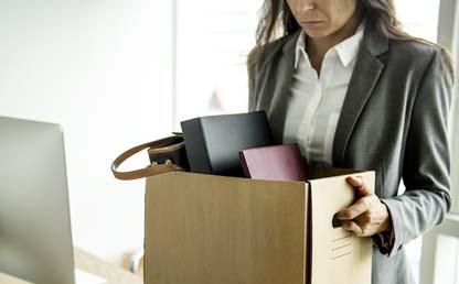 Mujer con una caja llena de objetos