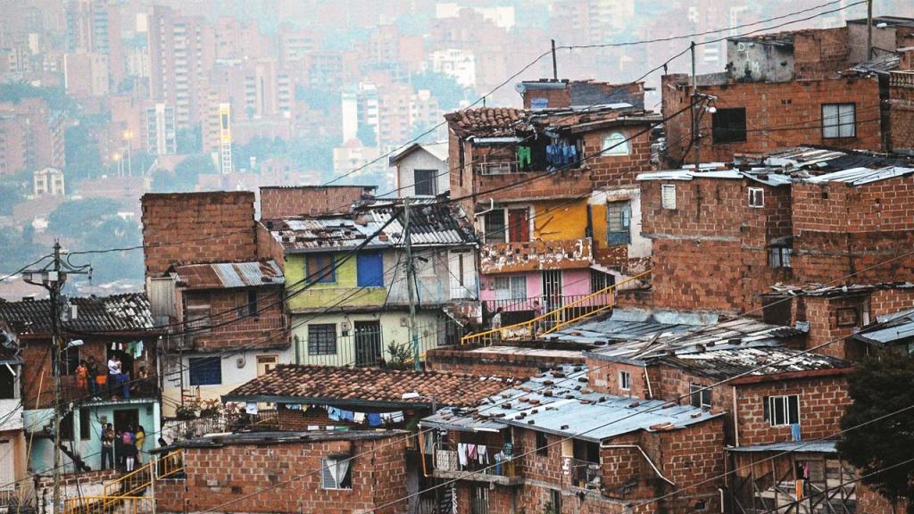Imagen de casas en barrio popular delante de casas más favorecidas. Foto: AFP