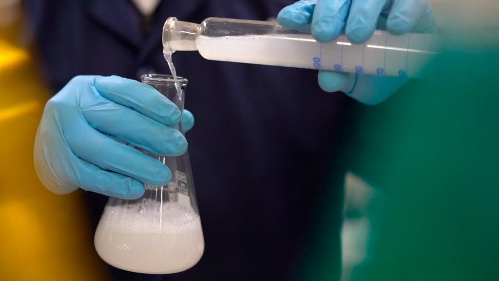 Persona virtiendo desinfectante en una pipeta