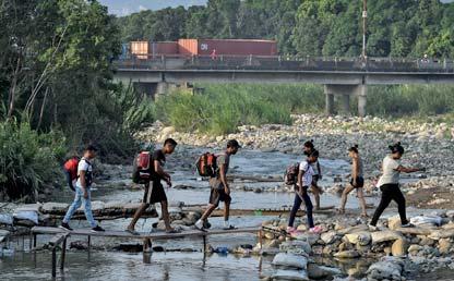 Foto de varios venezolanos cruzando la frontera con Colombia