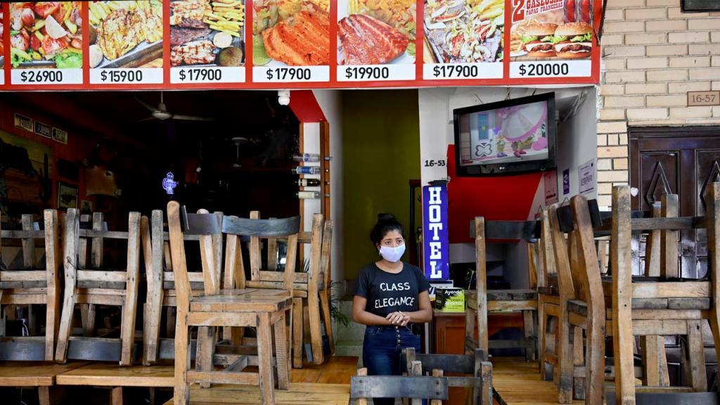 Mujer con tapabocas en un restaurante