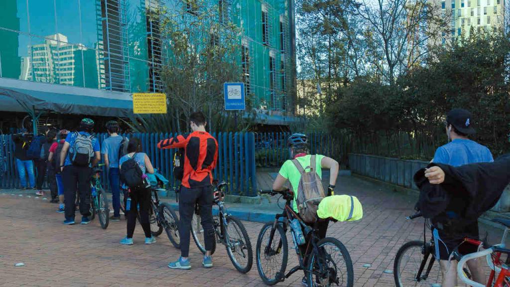 Estudiantes de la Universidad de los Andes hacen fila para parquear bicicletas.