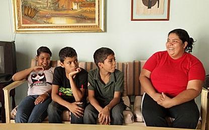 Mildred Leal y sus tres hijos, familia damnificada de la desaparición de Gramalote, Norte de Santander.