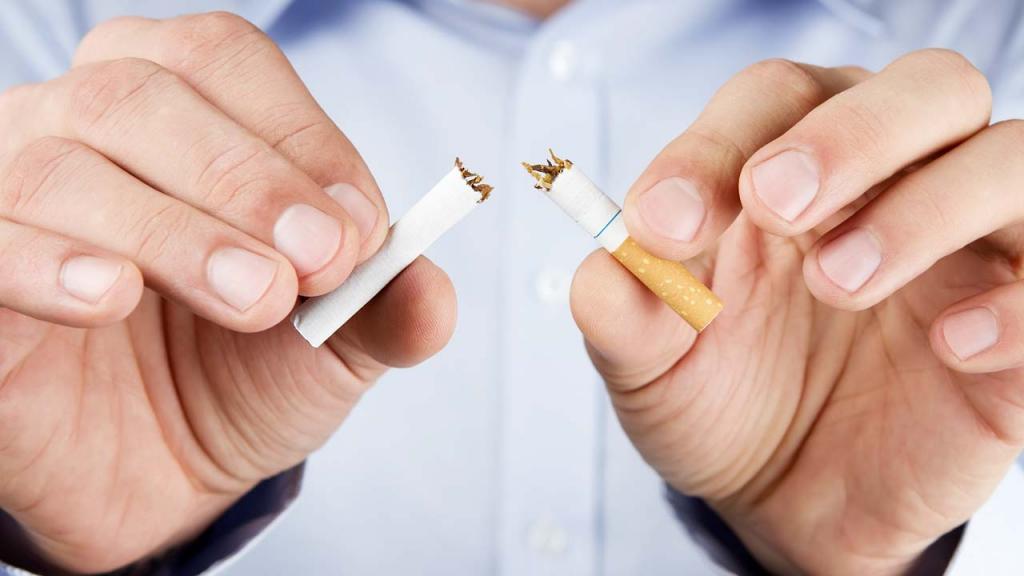Hombre partiendo un cigarrillo