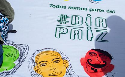 Foto de una pancarta con dibujos alusivos a Día Paíz