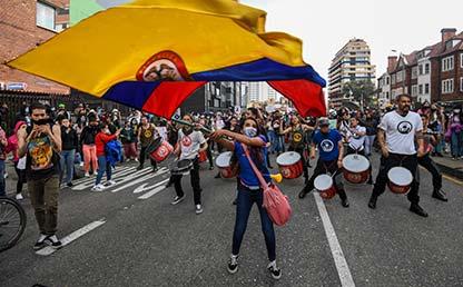 Una persona ondea una bandera de Colombia.