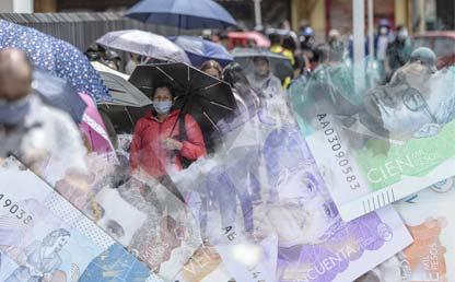 Larga fila de personas usando tapabocas a la entrada de un comercio, con collage de billetes colombianos