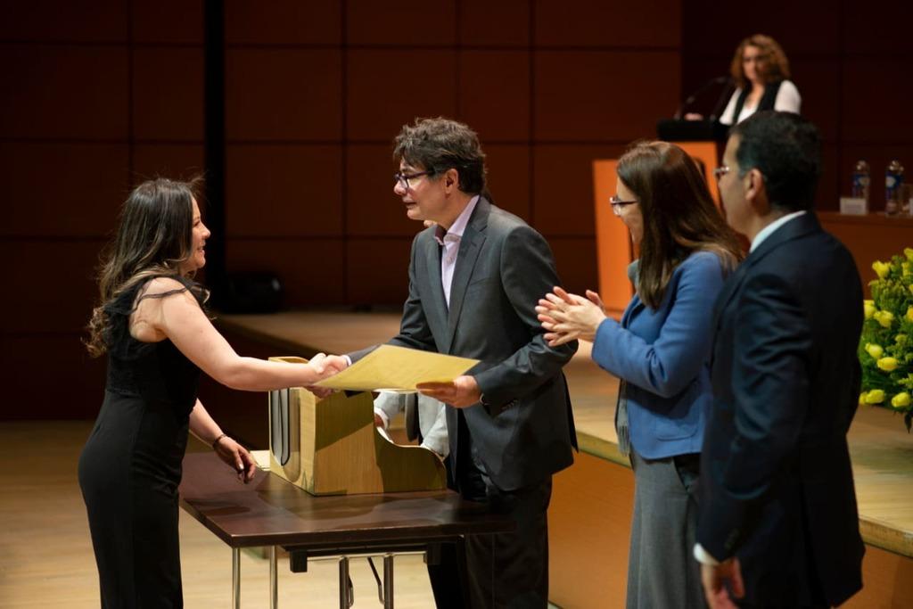 Foto del rector entregando un diploma