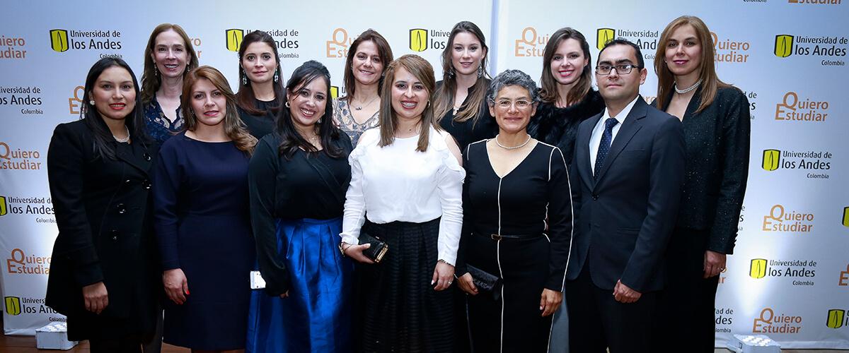 Foto grupal de parte del equipo detrás de la Cena por Quiero Estudiar.