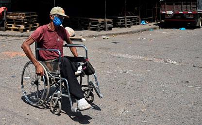 Hombre en silla de ruedas con tapabocas