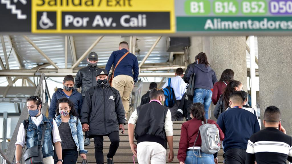 Usuarios en la estación de TransMilenio con tapabocas Eduardo Behrentz