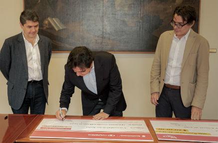 Directivos de Uniandes y Colpatria en entrega de cheque