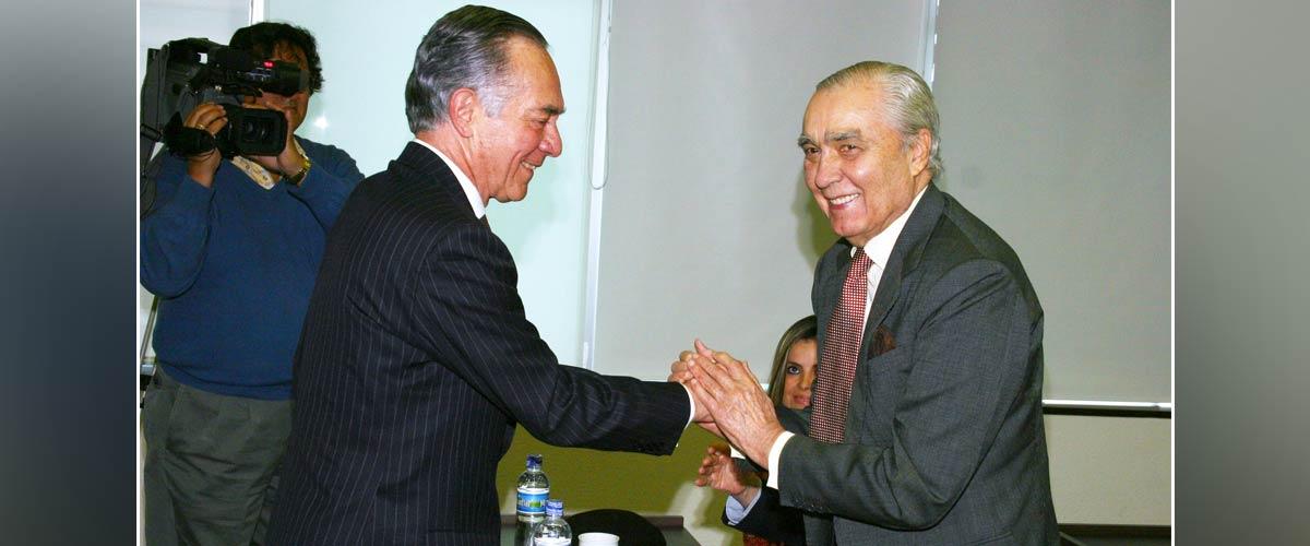 Carlos Angulo Galvis (ex rector de la Universidad de los Andes) y Julio Mario Santo Domingo (QEPD) en la inauguración del Edificio SD de la Universidad.
