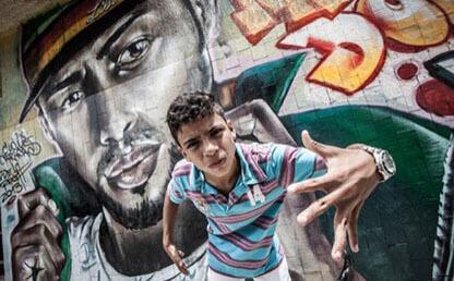 Donny Juan Pablo Lozano, frente a un grafitti en Gramalote