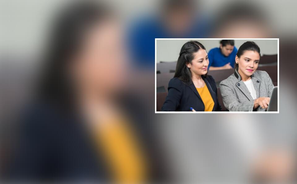 Dos estudiantes en plano medio sentadas con portatil en las manos