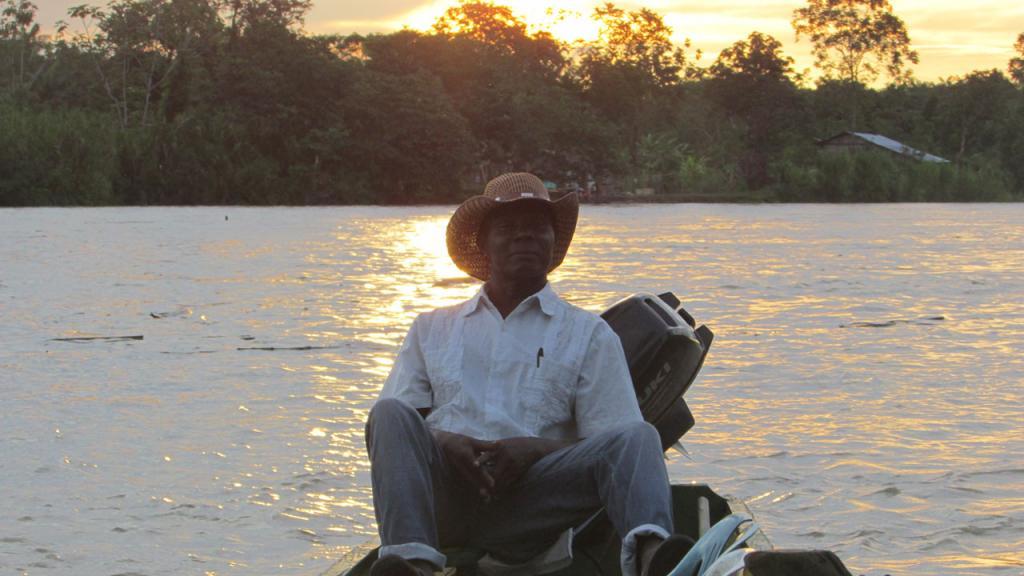 Campesino descansa en una canoa
