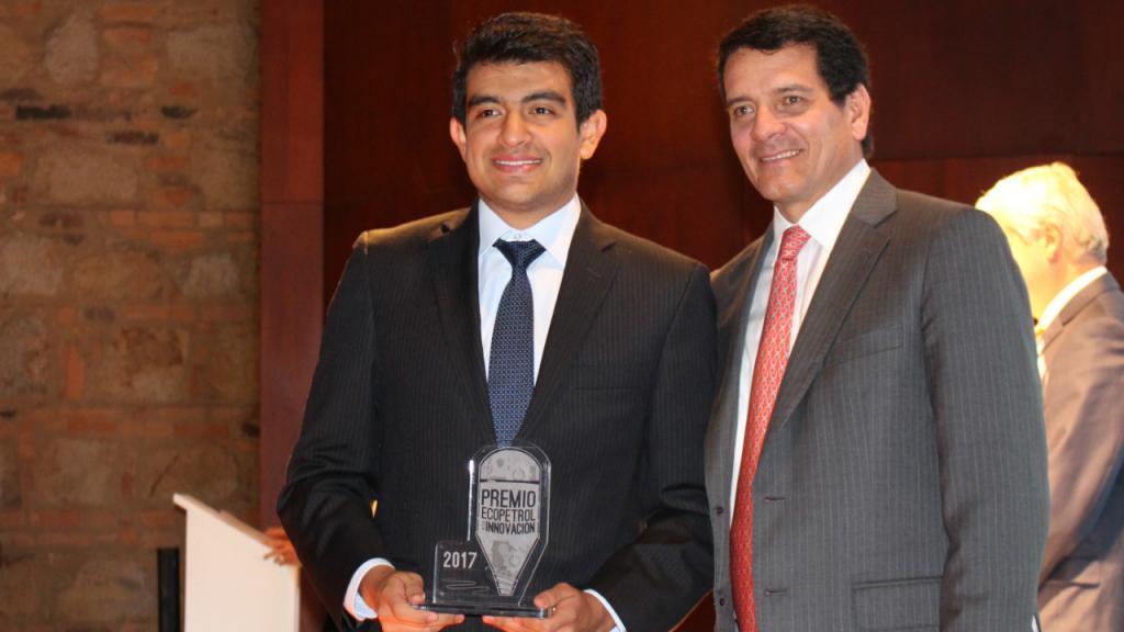 Dos hombres: Fabio Ocampo, ingeniero químico de Los Andes, ganador del Premio Ecopetrol a la Innovación 2017, con un galardón en sus manos. A su lado, Felipe Bayón, presidente de Ecopetrol.