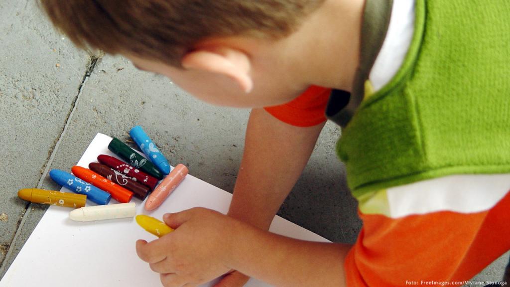 Imagen de un niño coloreando