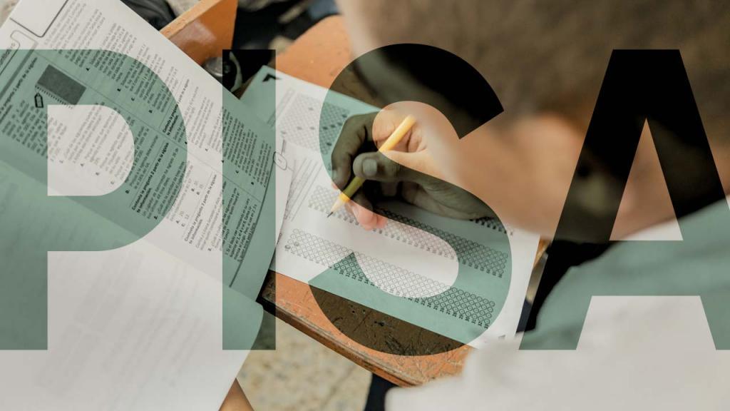 Foto de un estudiante realizando una prueba de conocimiento
