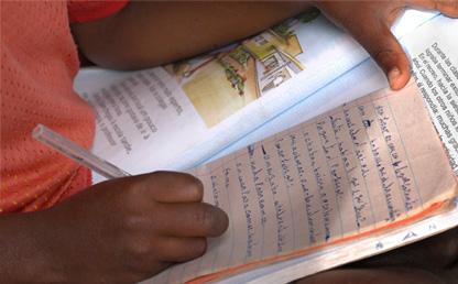 Niño escribiendo en cuaderno