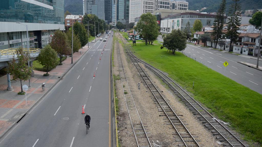 Vía de Bogota con bicicarril y vía férrea Eduardo Behrentz