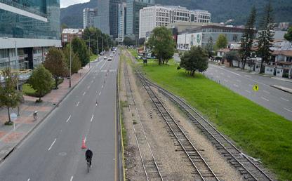 Vía de Bogota con bicicarril y vía ferrea