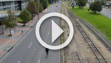 Vía de Bogota con bicicarril y vía férrea
