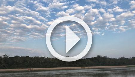 Paisaje de cielo y playa del río Guaviare.