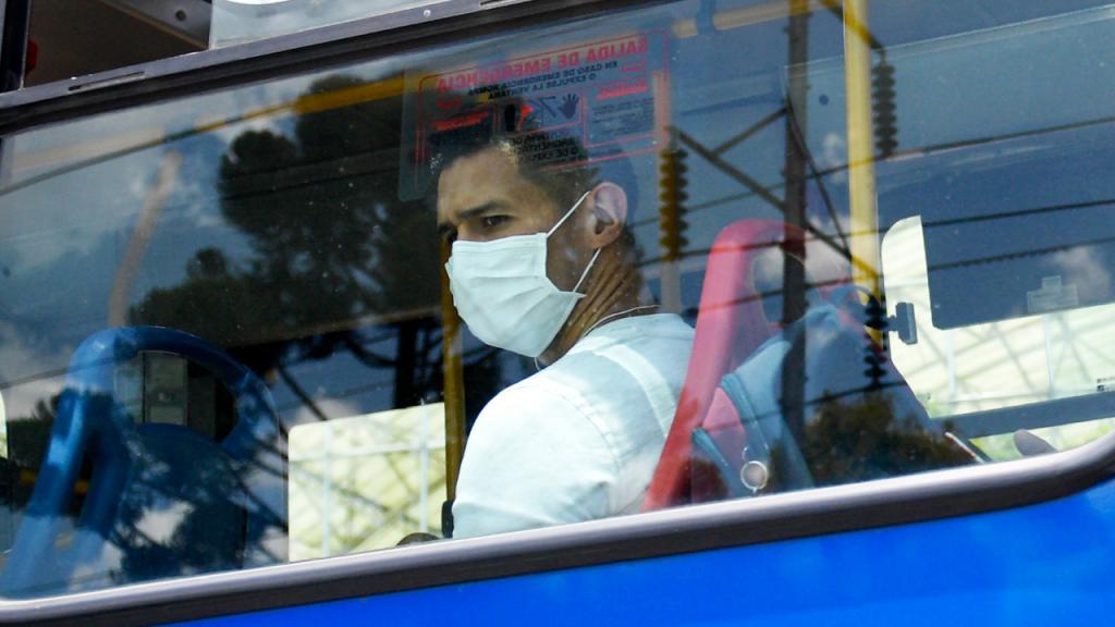 Hombre en transporte público con tapabocas