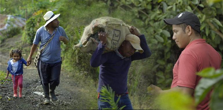 Campesinos caminando por una vereda