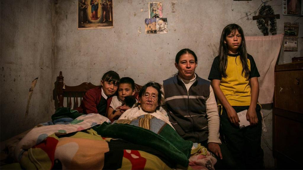 Retrato de una abuela enferma con su hija y sus tres nietos.
