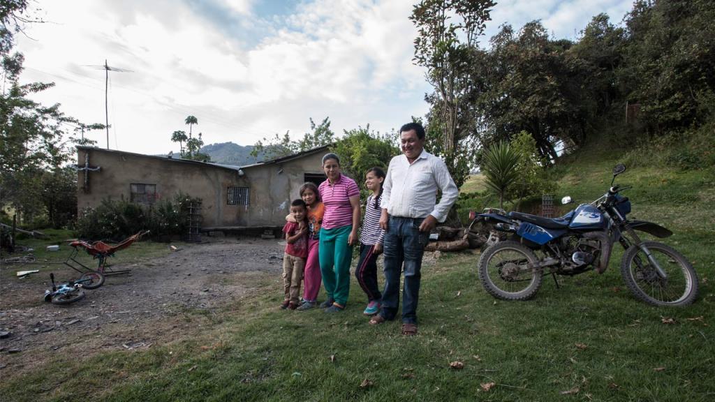 Retrato de familia: padre, madre y tres hijos.