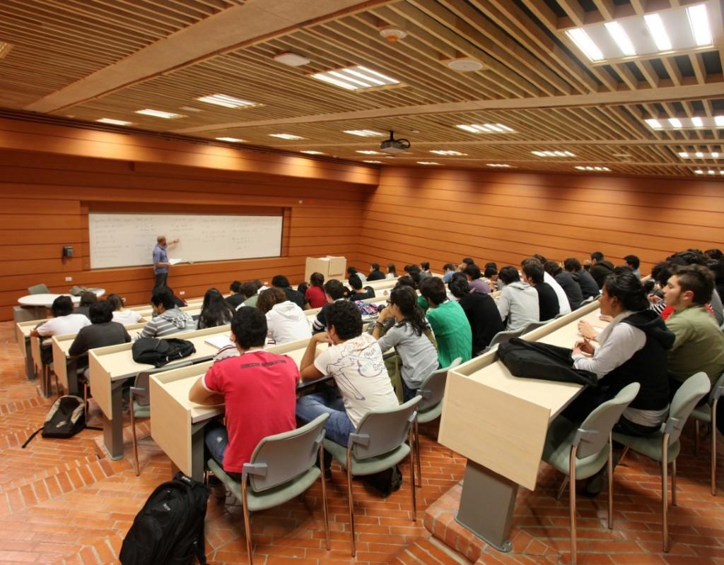 Imagen de estudiantes tomando una clase en un auditorio