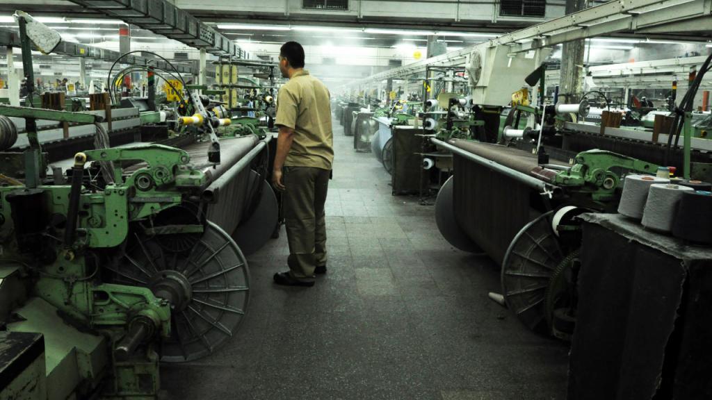 Hombre operando máquinas industriales