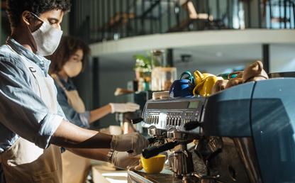 Un hombre haciendo café