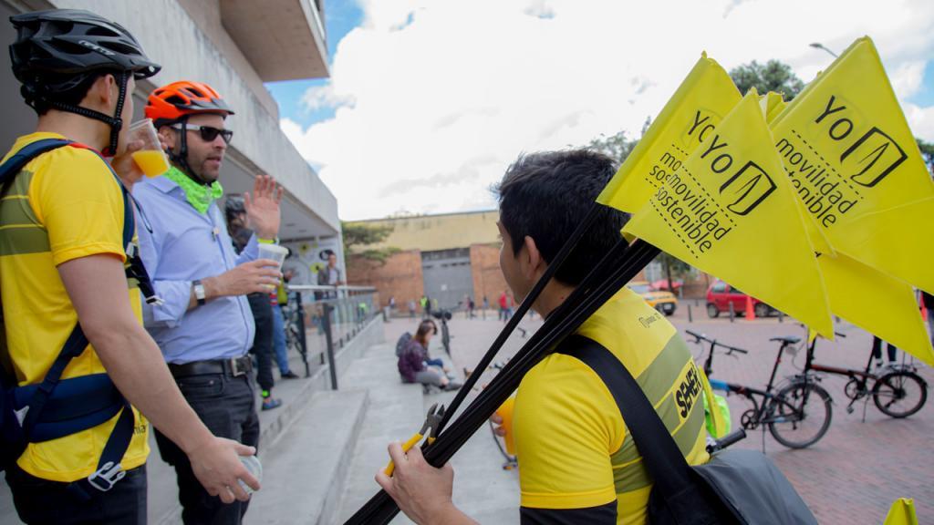 Joven carga banderas de la Universidad de los Andes