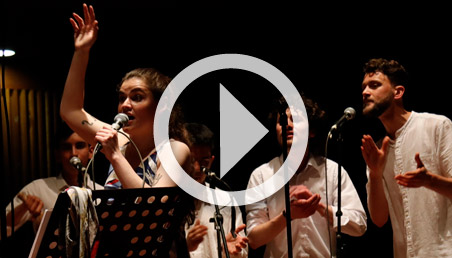 Una cantante y dos hombres en el coro