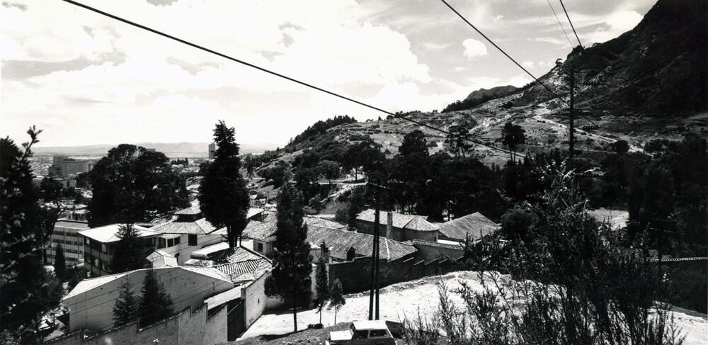 foto antigua de la entrada a la universidad de los andes