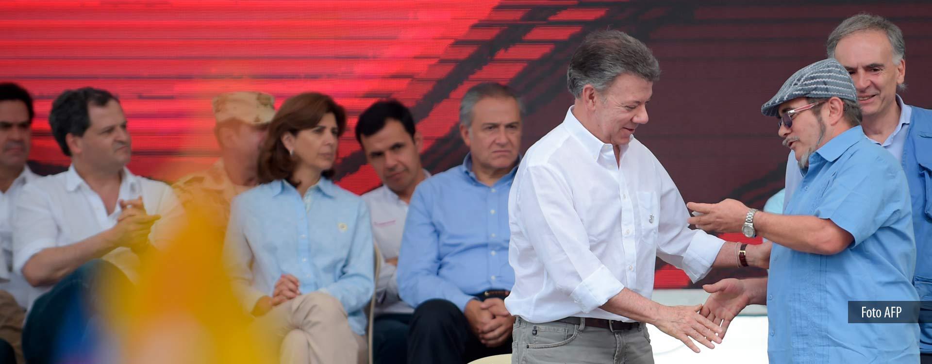 El presidente de Colombia, Juan Manuel Santos y Rodrigo Londoño, alias 'Timochenko', jefe de las Farc, durante el acto de entrega definitiva de armas de ese grupo guerrillero.