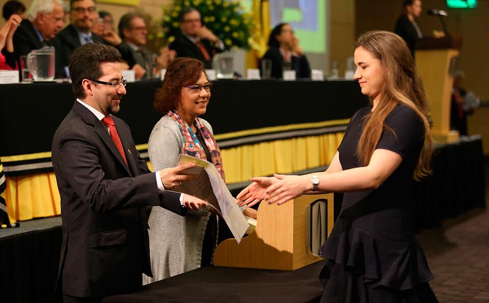 Entrega Diplomas Grados 2016-1