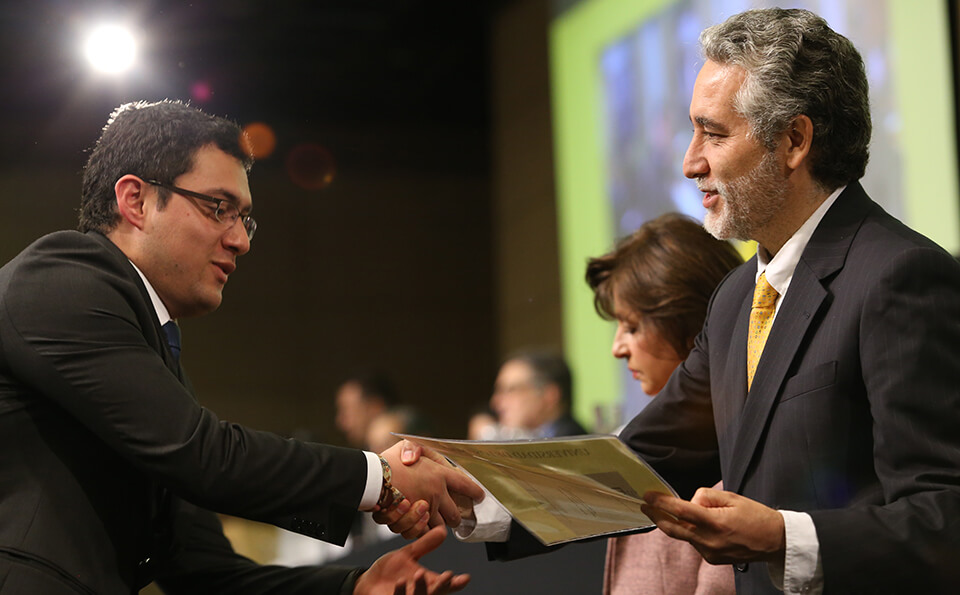 Foto unianido recibe diploma pregrado 2016-2