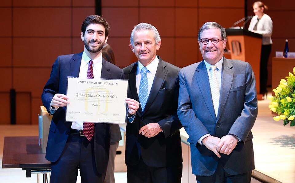 Foto entrega de diplomas medicina 2016-2