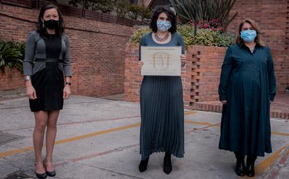 Tres mujeres posando en entrega de diploma.
