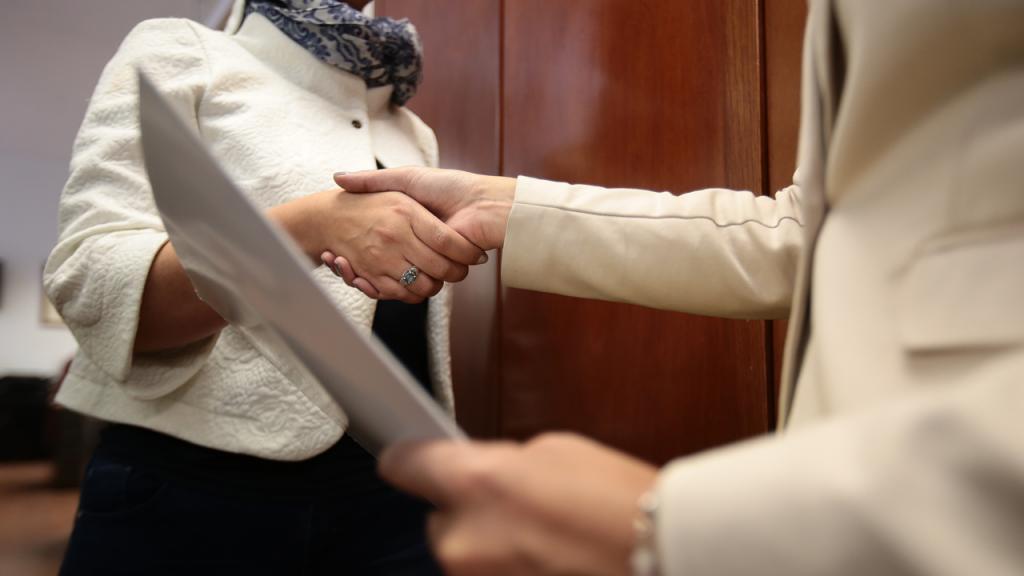 Mujeres dándose la mano
