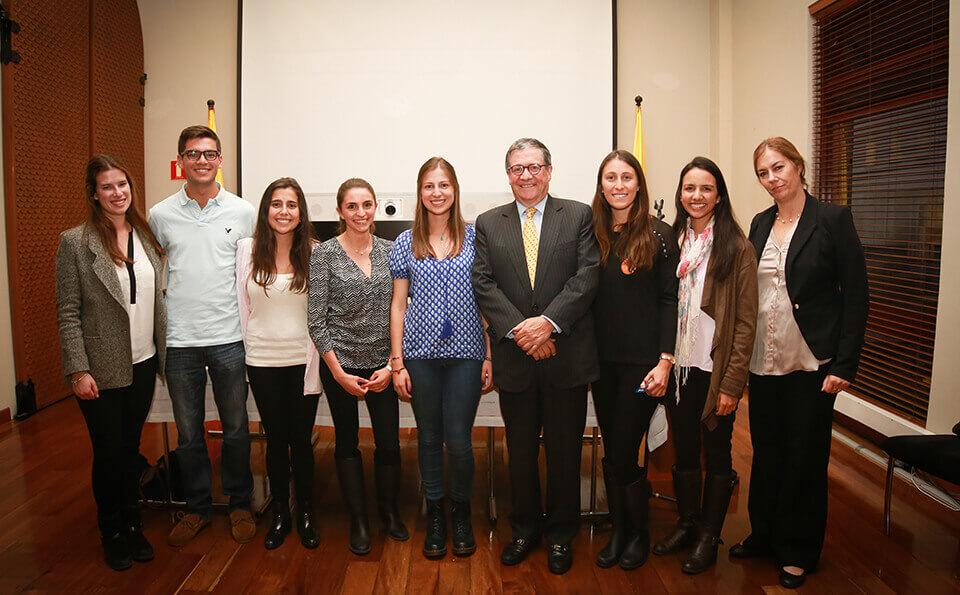 grupo de personas participantes de Liderandes junto al rector de la universidad de los andes