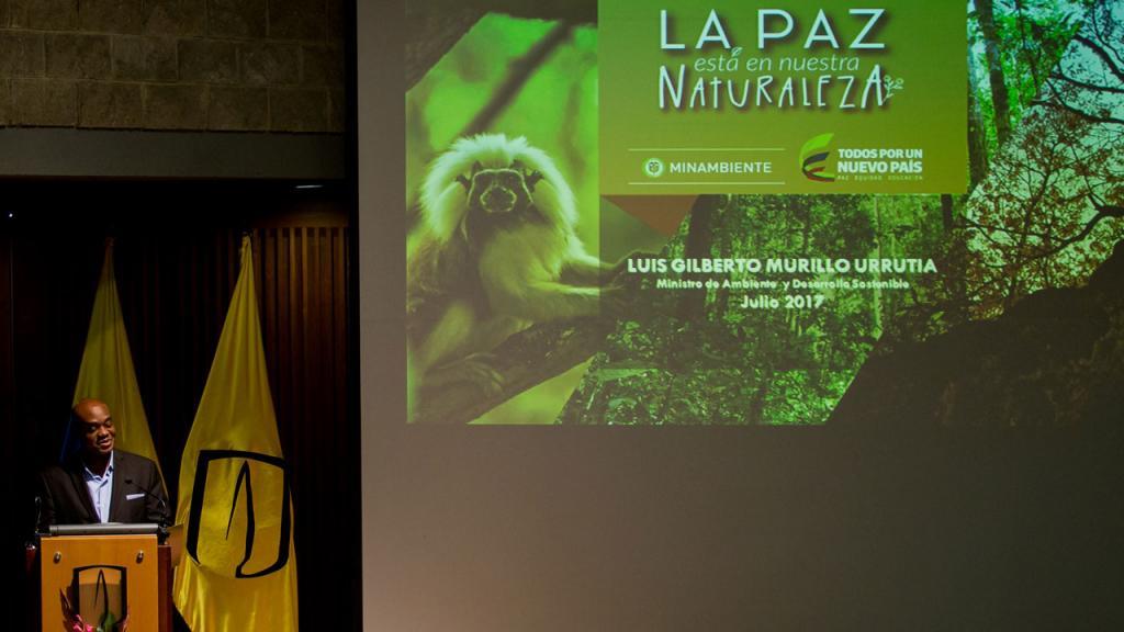En el atril, Luis Gilberto Murillo, ministro de Ambiente