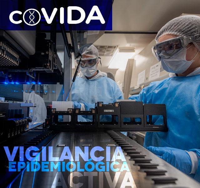 Especialistas con trajes de bioseguridad en laboratorio de Secuenciación genética