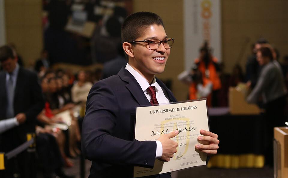 Foto de uniandino con diploma de grado 2016-2