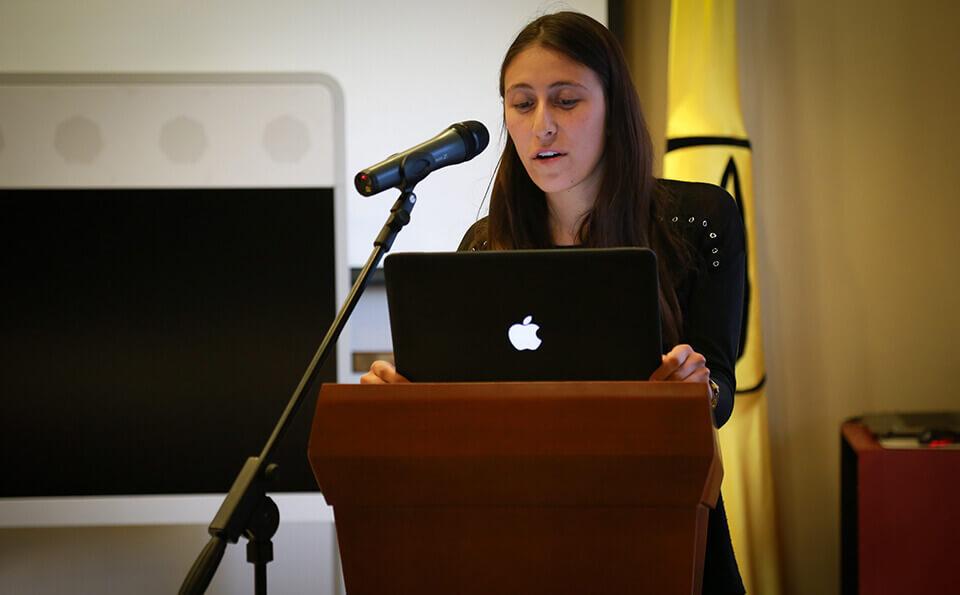 estudiante da discurso en evento de donaciones
